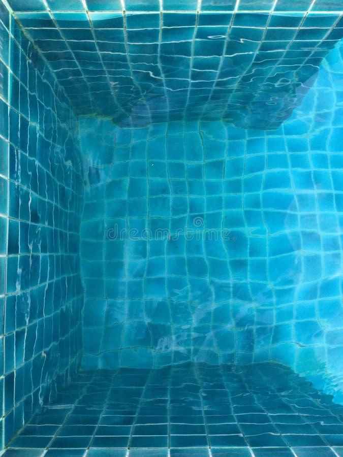 vatten för pölsimningparaplyer royaltyfri foto