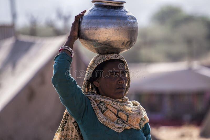 Vatten för Pushkar kvinnatagande från en vattenhandfat arkivbild