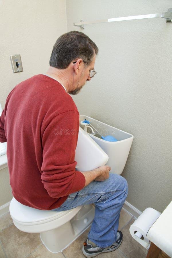 vatten för rörmokare för bathoomreparationsläcka royaltyfria foton