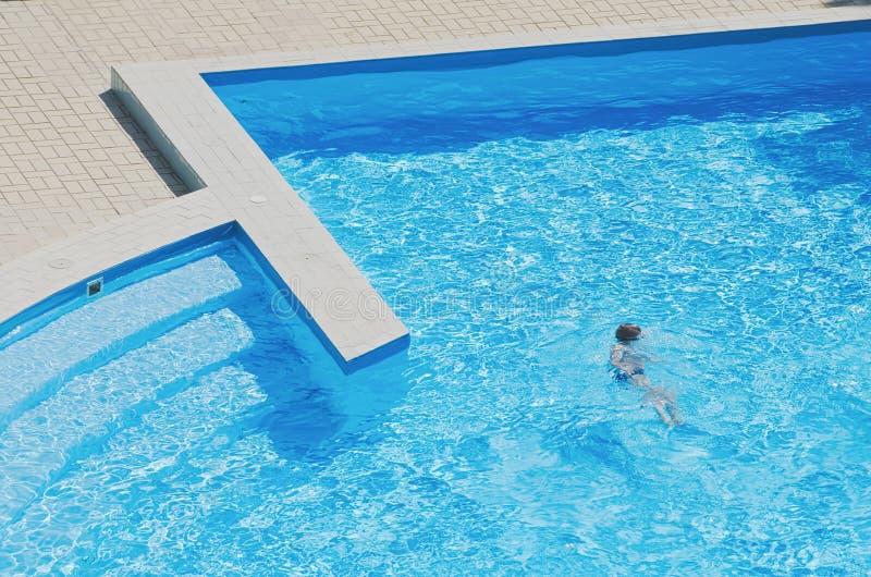 vatten för simning för barnpölsport fotografering för bildbyråer