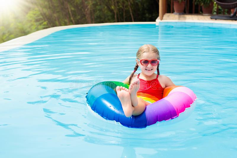 vatten för simning för barnpölsport Ungebad Vattenlek royaltyfri bild