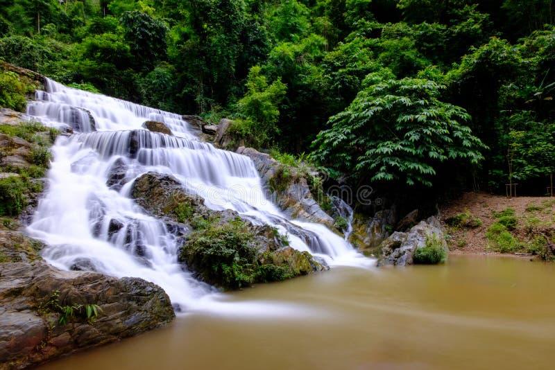 Vatten för slätt flöde från Mae Phun vattenfall i det Laplae området, Thailand arkivbilder