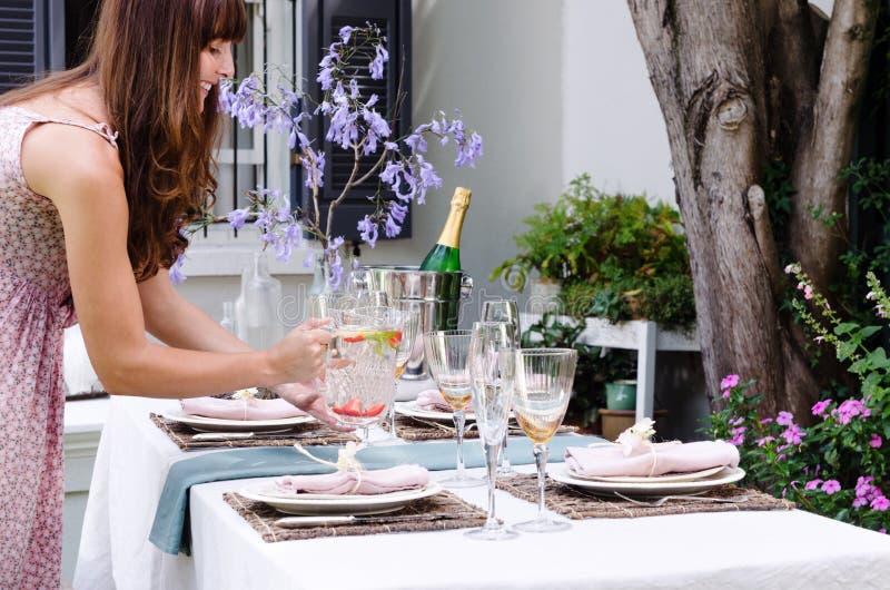 Vatten för tabellen i ett utomhus- trädgårds- parti royaltyfri fotografi