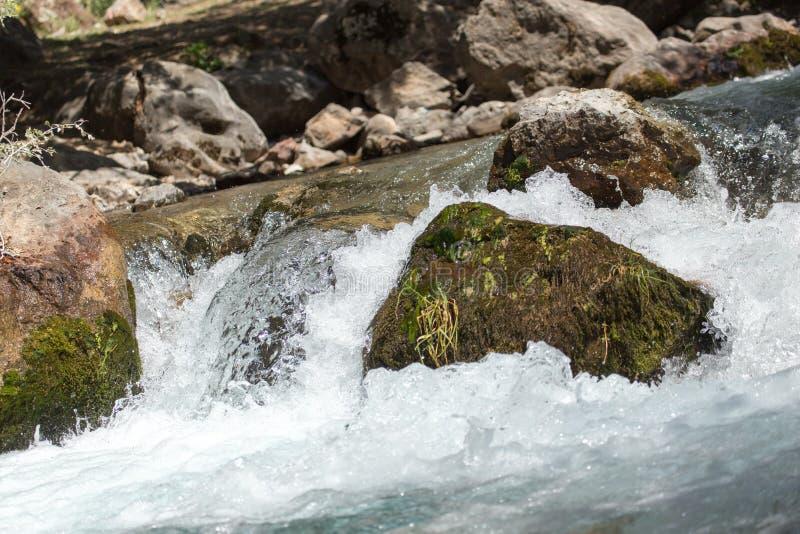 Vatten i bergfloden som bakgrund royaltyfri fotografi