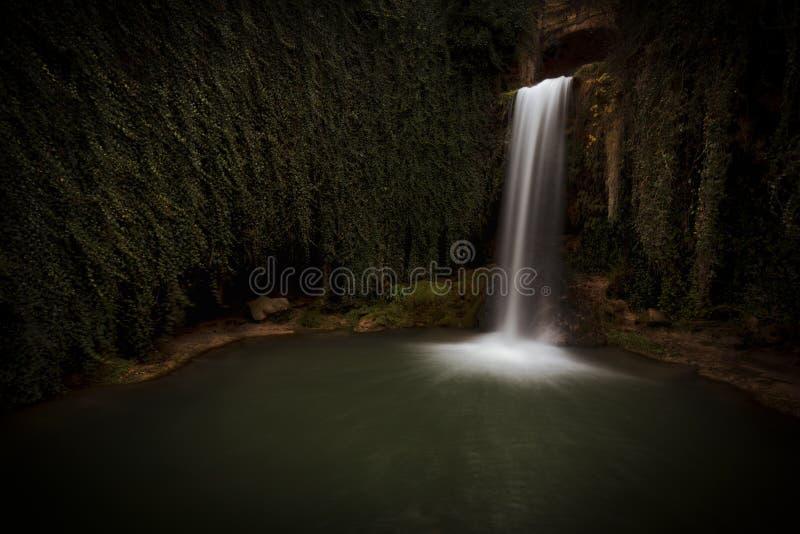 Vatten i rörelse på den Tobera vattenfallet arkivfoto