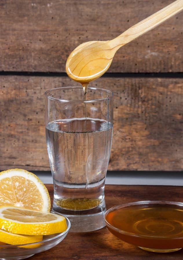 Vatten med citronen och honung royaltyfri foto