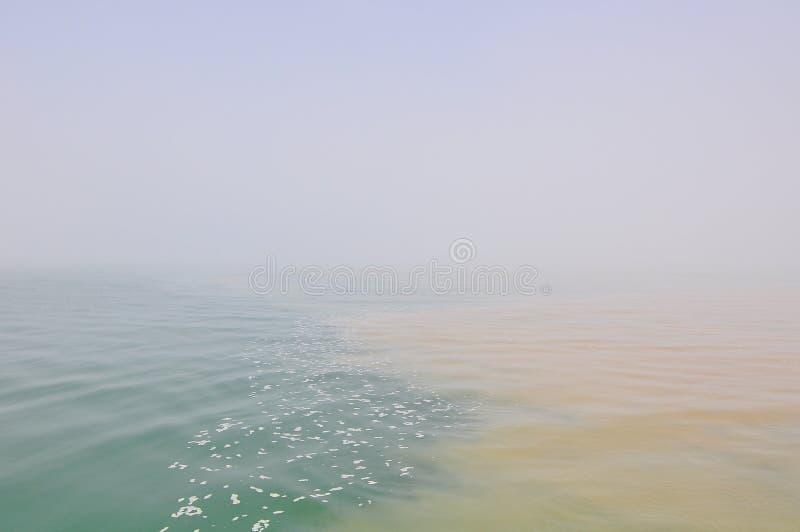 vatten med olik färg arkivfoton