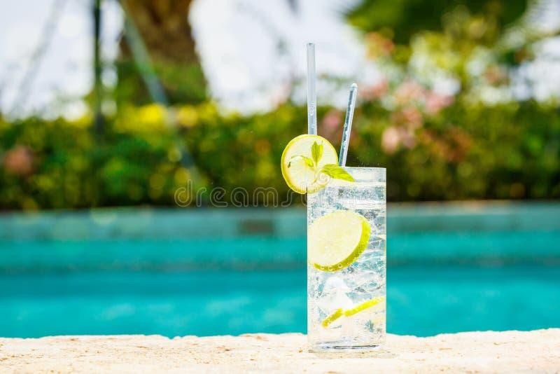 Vatten med is på kanten av en semesterortpöl Begrepp av lyx V royaltyfria bilder