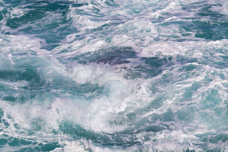 Vatten med vågor och skum royaltyfria bilder