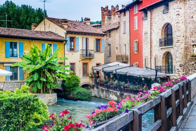 Vatten och forntida byggnader av den italienska medeltida byn royaltyfria foton