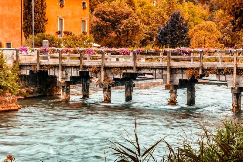 Vatten och forntida byggnader av den italienska medeltida byn royaltyfri bild