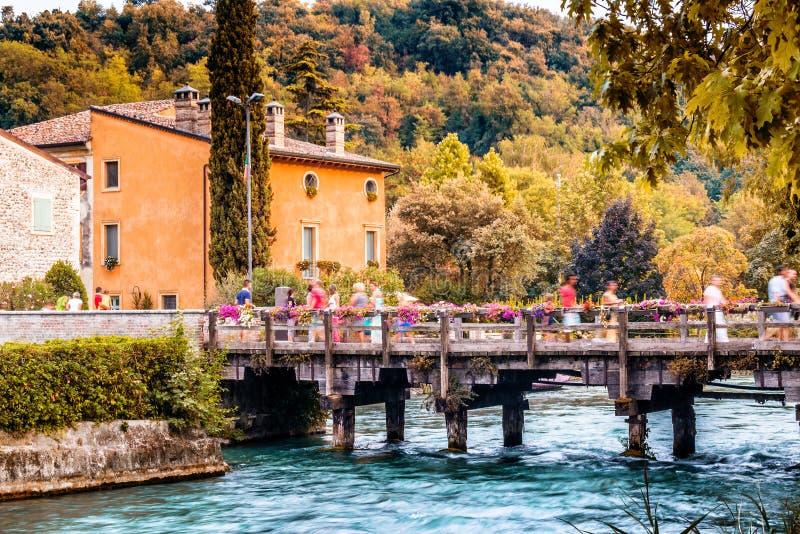 Vatten och forntida byggnader av den italienska medeltida byn arkivbild