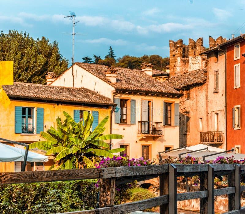 Vatten och forntida byggnader av den italienska medeltida byn royaltyfri foto