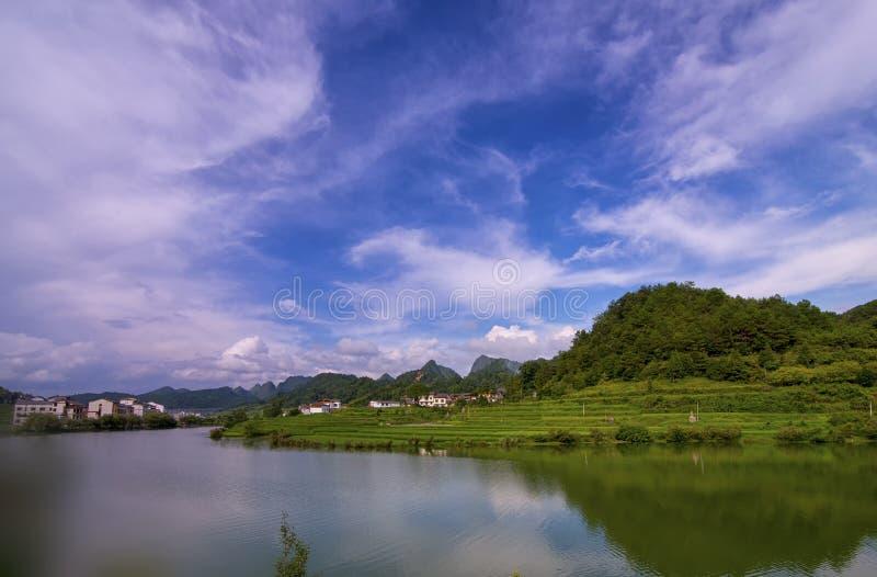 Vatten-och-Moutains av det GuiZhou landskapet royaltyfri foto