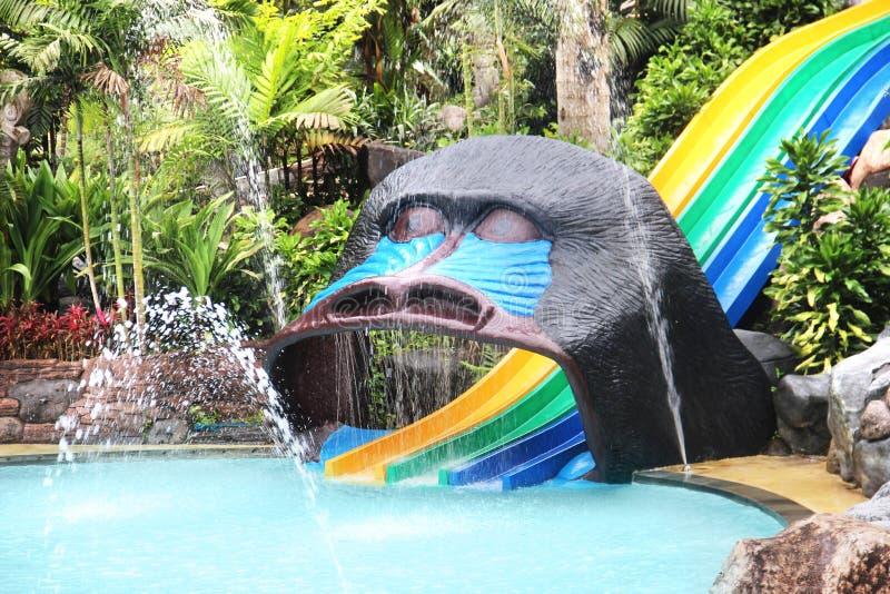 Vatten parkerar glidbanor. färgrika barns glidbana royaltyfria bilder