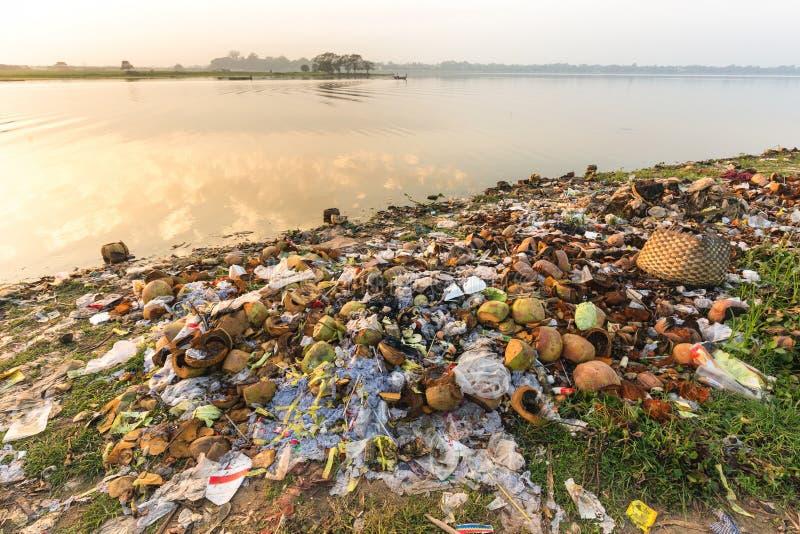 Vatten rackar ner på förorening arkivbild