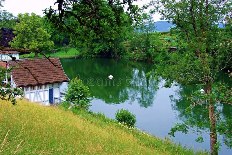 vatten sjön, landskapet, naturen, himmel, floden, reflexionen, trädet, sommar, skogen, träd, gräsplan, dammet, blått, våren, gräs royaltyfri fotografi