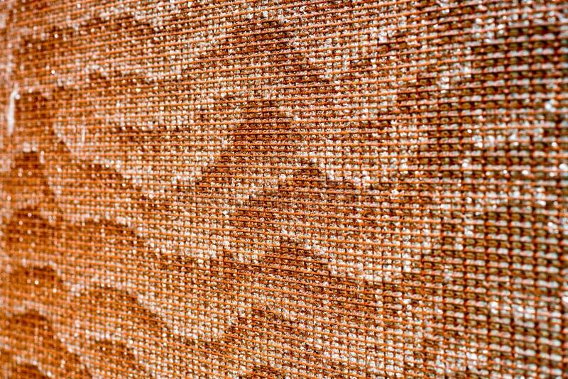 Vatten skvalpar på yttersida av den guld- vattenfallet arkivbild