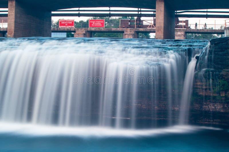 Vatten som är suddigt från lång exponering på Fenelon nedgångar fotografering för bildbyråer