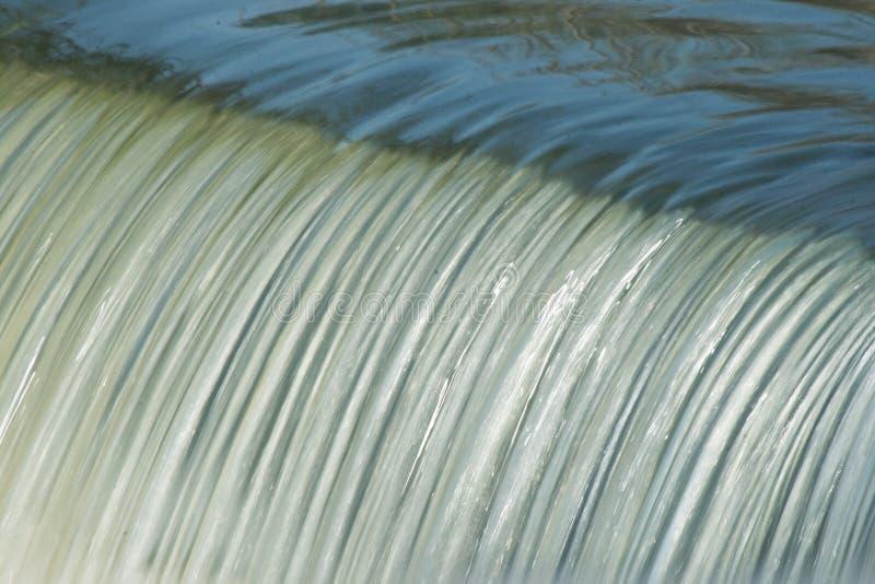 Vatten som applåderar över dammbyggnaden arkivfoto