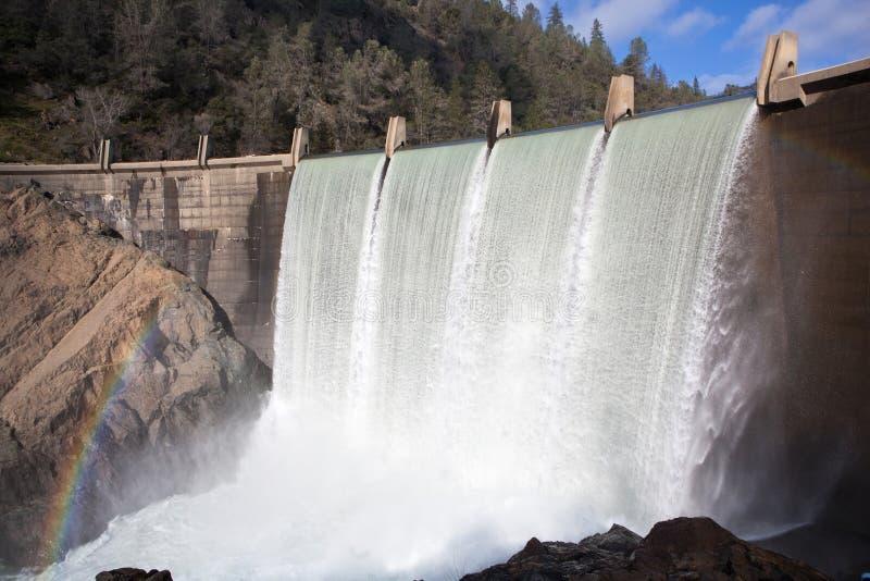 Vatten som applåderar över sjön Clementine Dam royaltyfri fotografi