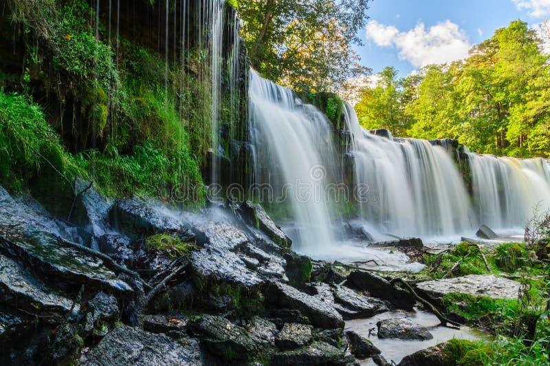Vatten som applåderar ner från den Keila-Joa vattenfallet royaltyfri bild