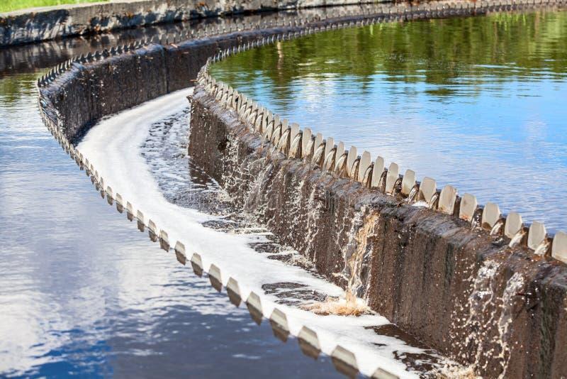 Vatten som flödar över från nybyggare för vattenbehandling arkivbilder