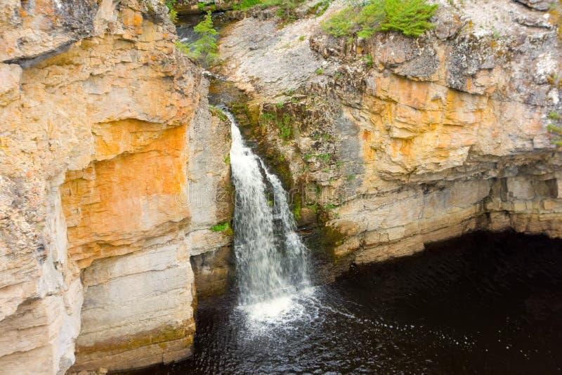 Vatten som flödar till och med en vagga, klippte i nordliga Kanada royaltyfri bild