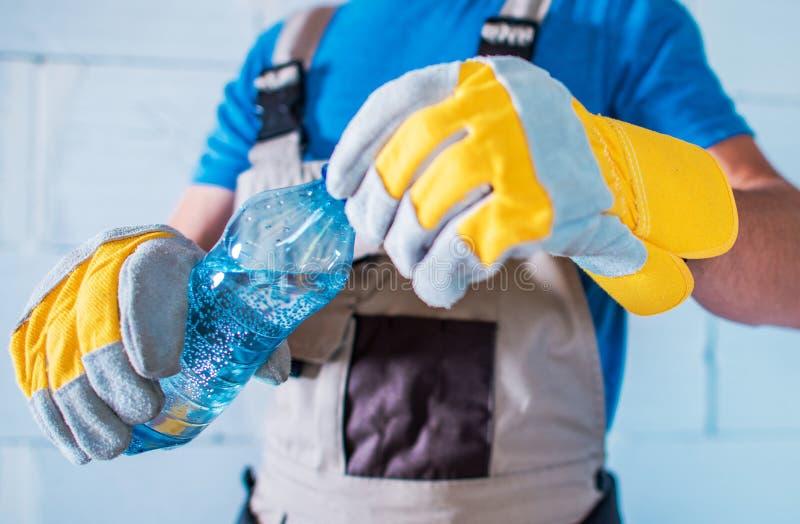 Vatten som hydratiserar, medan arbeta royaltyfri fotografi
