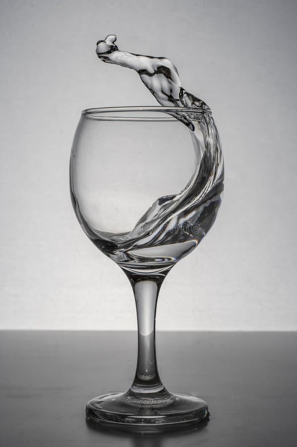 Vatten som plaskar från exponeringsglas arkivbilder