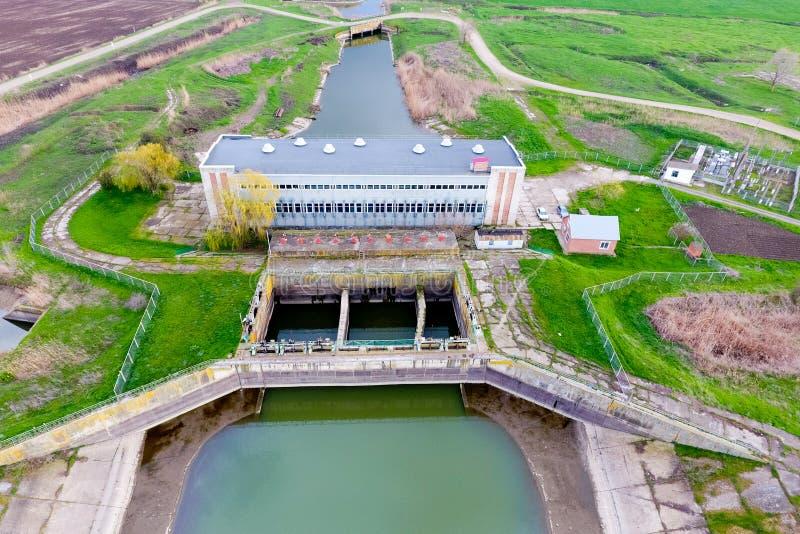 Vatten som pumpar stationen av bevattningsystemet av risfält Beskåda royaltyfria foton