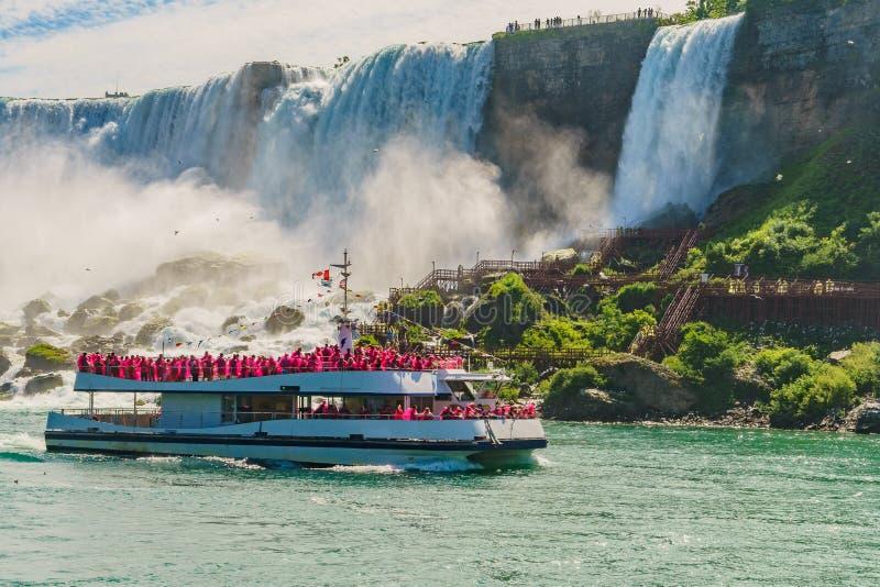 Vatten som rusar över Niagara Falls royaltyfria foton