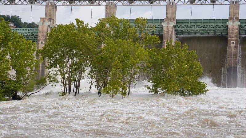 vatten som spiller över öppna flodportar royaltyfri bild