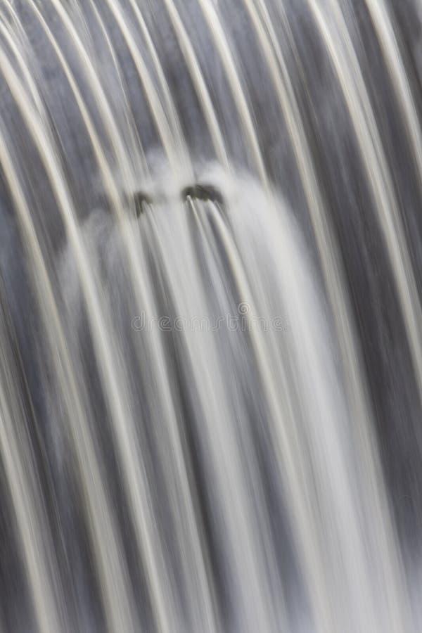 Vatten som spiller över vattenfallet fotografering för bildbyråer
