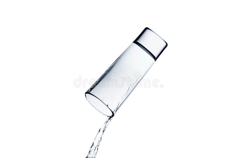 Vatten som spiller från exponeringsglas arkivfoto