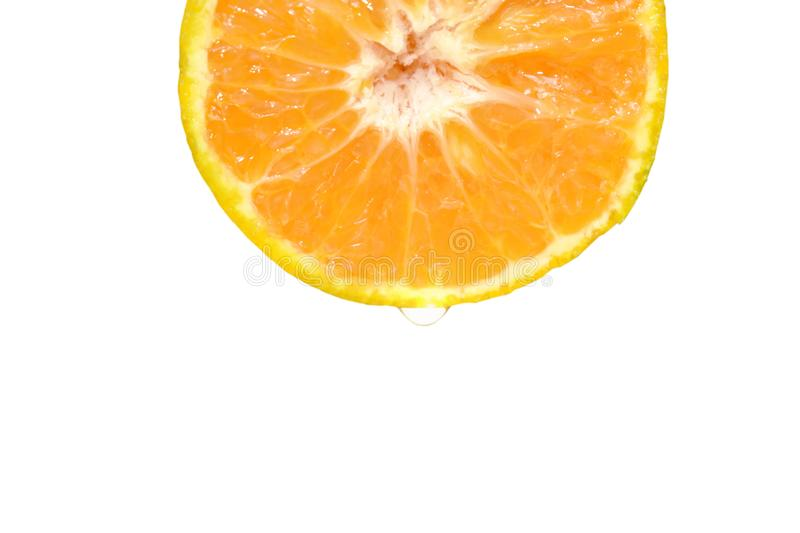 Vatten som tappar på orange halvt snitt för tangerin i vit bakgrund royaltyfri foto