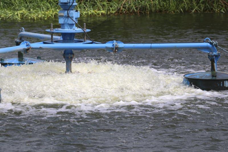 Vattenbehandling, genom att tillfoga syre till vattnet arkivbild
