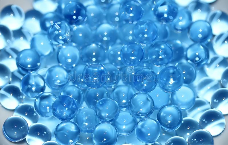 Vattenblått stelnar bollar Polymern stelnar Kiseldioxid stelnar Bollar av blå hydrogel Kristallvätskeboll med reflexion vägg för  arkivfoto