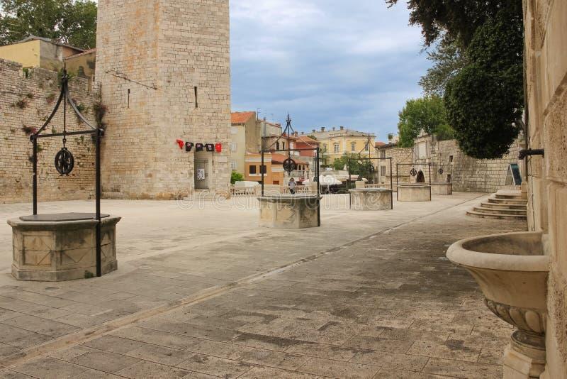 Vattenbrunnar Älsklings- Bunara fyrkant Zadar croatia royaltyfria foton
