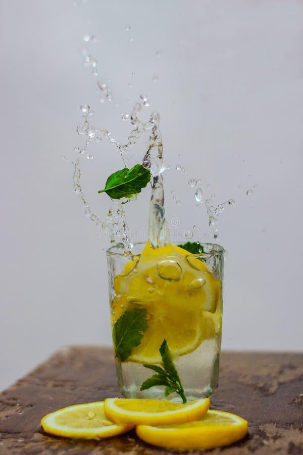 Vattencitron med is så kall arkivfoto