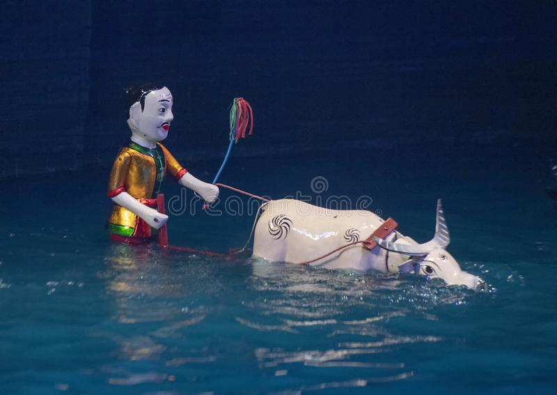 Vattendockaman bak oxar för teatern för Thang den långa vattendocka, Hanoi, Vietnam arkivfoton