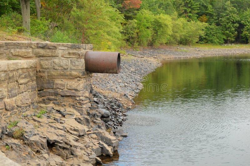 Vattendräneringrör royaltyfri fotografi