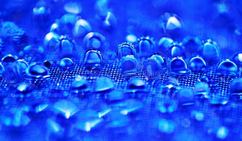 Vattendroppar på den blåa texturerade yttersidan royaltyfri foto