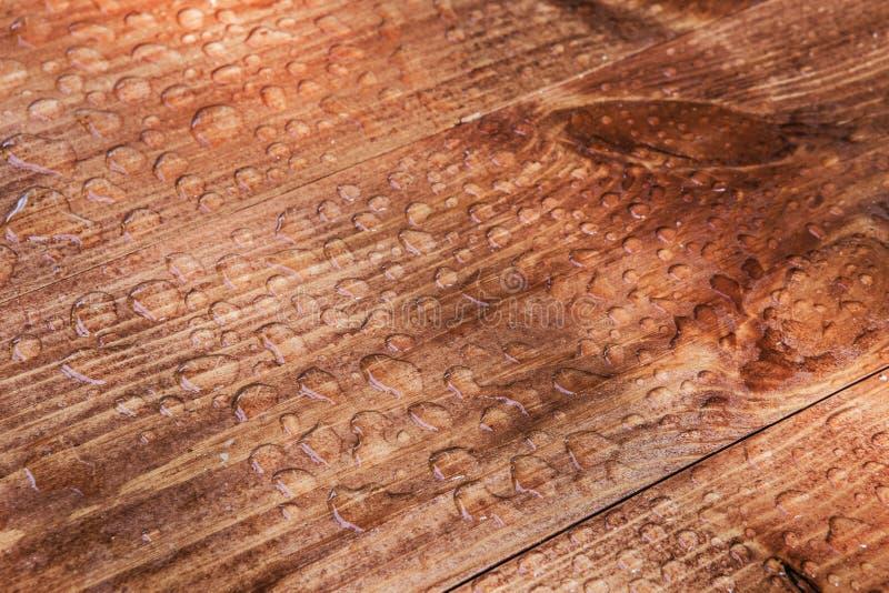 Vattendroppar på träskivor royaltyfri foto