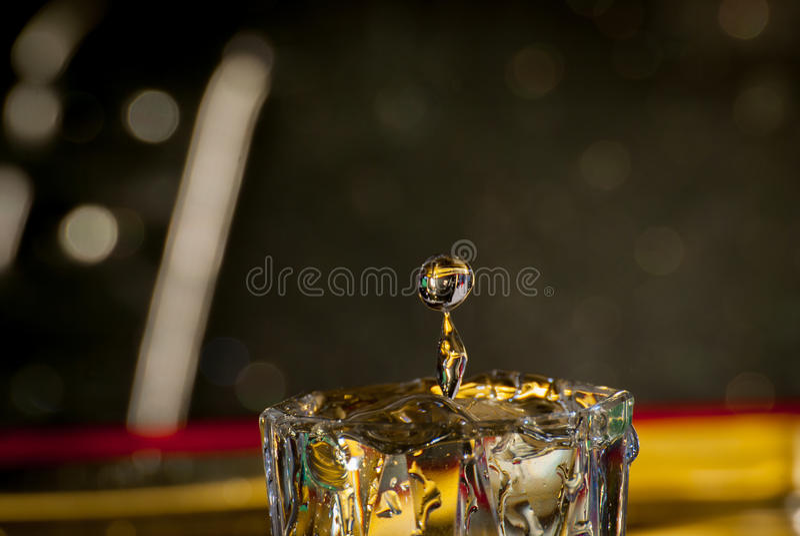 Vattendroppe i litet exponeringsglas royaltyfri fotografi