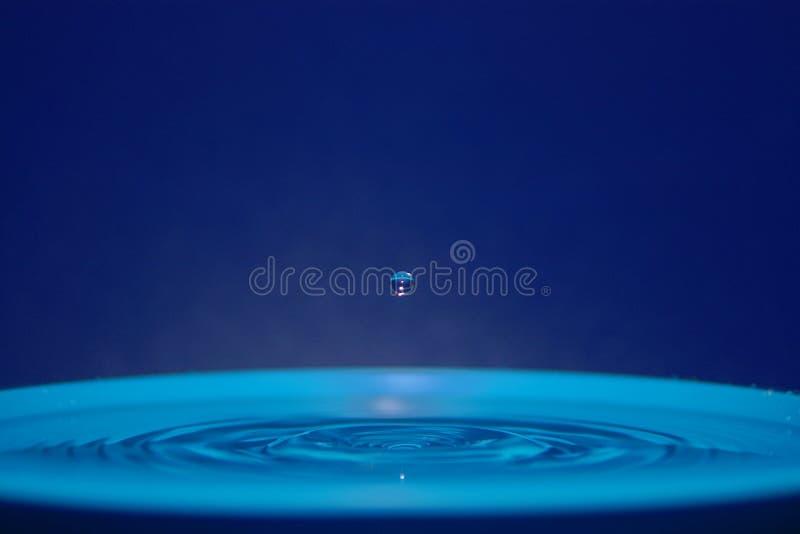 Vattendroppe på hastigheten royaltyfria foton