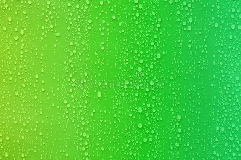 Vattendroppe på lutningbakgrund för grön färg royaltyfria foton