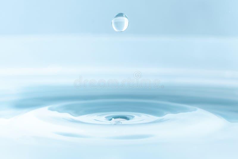 Vattendroppe på vattenbakgrund royaltyfri fotografi