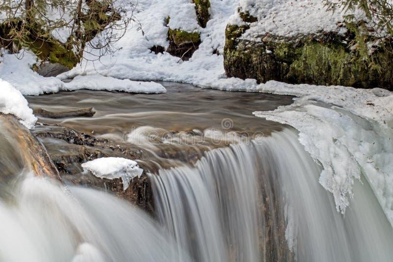 Vattendykningar över den iskalla kanten av Hoggs nedgångar royaltyfri fotografi