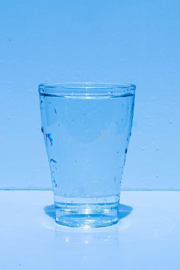 Vattenexponeringsglas som plaskar vatten, friskhet royaltyfria foton